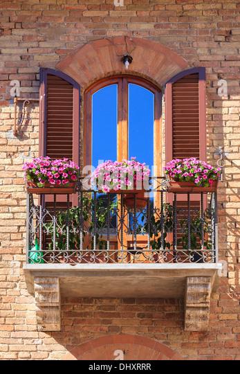 Italienische Balkon mit Blumen in San Gimignano. Eine mittelalterliche Bergstadt in der Provinz Siena, Toskana Stockbild