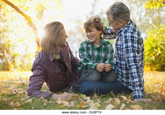 Fröhlich drei Generationen Männer Freizeit im park Stockbild