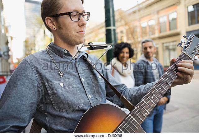 Straßenmusiker unterhaltsam Fußgänger Stockbild