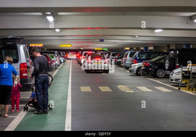 Ankünfte Abflüge kurz bleiben Parkplatz Flughafen Heathrow Stockbild