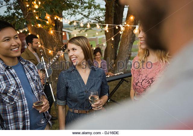 Multiethnische Freunde Party mit Band spielen im Freien genießen Stockbild