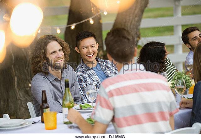 Multiethnische Freunde genießen Outdoor-Dinner-party Stockbild