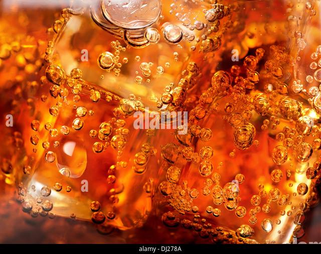 Hintergrund der Cola mit Eis und Bläschen Stockbild