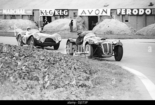 Reg Parnell-Eric Thompson's Aston Martin DB3S hinter Frazer Nash Le Mans Replica, Woodcote, 9HRS Goodwood, England Stockbild
