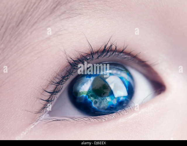 Nahaufnahme von blauen Auge eines Kindes mit der Erdkugel, Weltkarte, die in ihm reflektiert Stockbild
