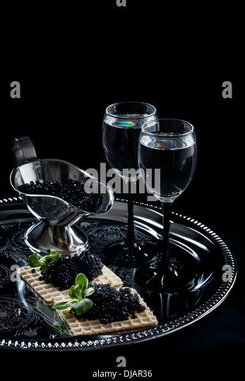 Wodka und schwarzen Kaviar auf schwarzem Hintergrund Stockbild