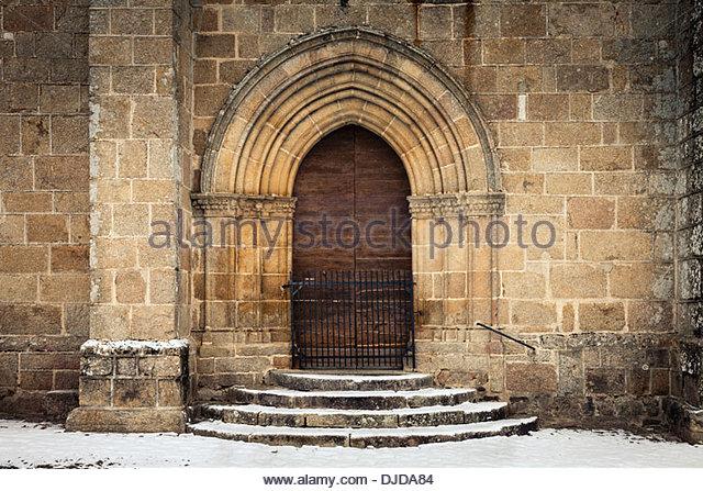 Portal Tür Eingang des mittelalterlichen befestigten Kirche, Bonnat, Creuse Abteilung, Limousin, Frankreich Stockbild
