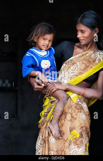 Glücklich lächelnd ländlichen indische Mutter und Sohn in ihrem Haus Tür. Andhra Pradesh, Indien Stockbild