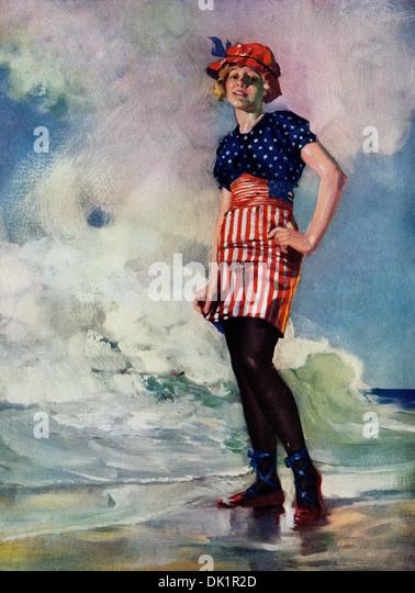 Abbildung zeigt eine schöne junge Frau am Ufer an einem Strand stehen, eine amerikanische Flagge Motiv Badeanzug. Stockbild