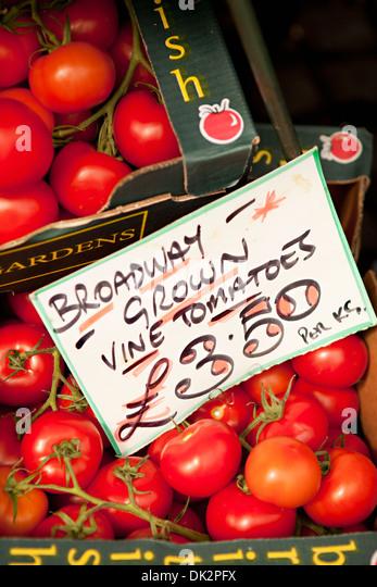 """Hohen Winkel Nahaufnahme von """"Broadway gewachsen strauchtomaten"""" mit Schild zum Verkauf am Bauernmarkt Stockbild"""