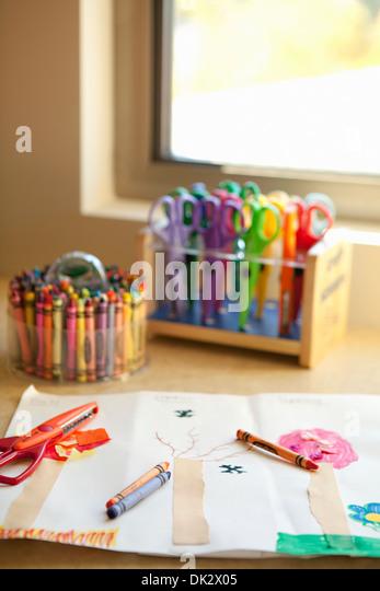 Des Kindes Kunst Stifte und Schere zeichnen in der Nähe von Fenster Stockbild