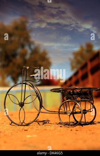 Draht-Dreirad, warme Farben Stockbild