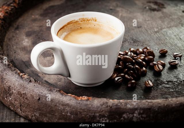 Kaffeetasse mit Kaffeebohnen auf dunklem Hintergrund Stockbild