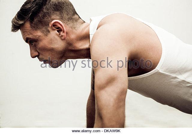 Nahaufnahme von Mitte erwachsenen Mann tut Push Ups Stockbild