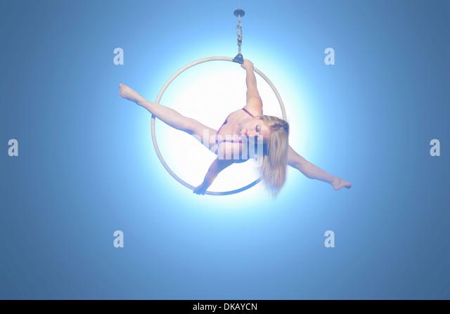 Tänzerin, balancieren auf Reifen Stockbild
