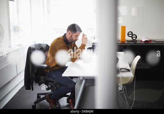 Lässige Geschäftsmann arbeiten am Schreibtisch Stockbild