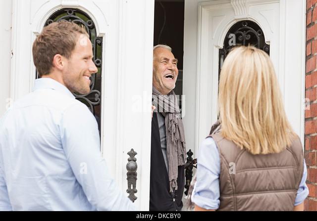 Vater lachen Haustür öffnen Stockbild
