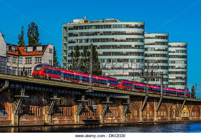 S-Bahn an Spree mit Bürogebäuden, Berlin, Deutschland Stockbild
