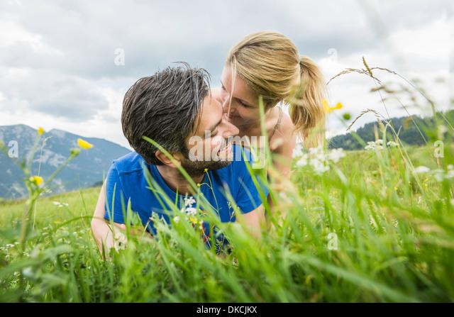 Paar genießt die Wiese Stockbild