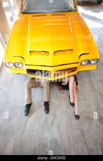 Mann und Frau liegen unter Gelb Oldtimer Stockbild