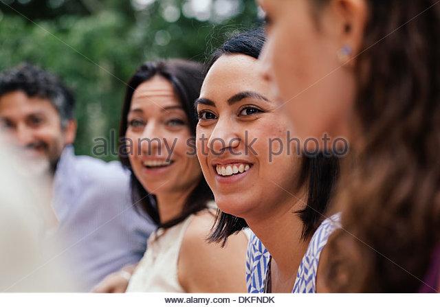 Junge Frau unter den Familienmitgliedern Stockbild