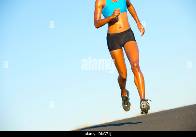 Detail der jungen Frau auf der Straße laufen Stockbild