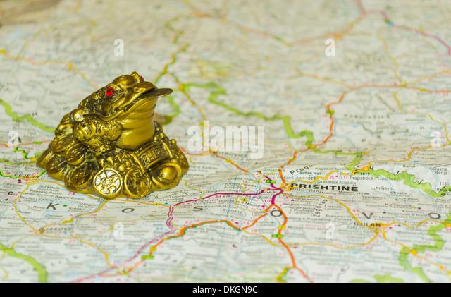 Geld Kröte auf Karte zeigen nach Prishtina, Hauptstadt des Kosovo Stockbild