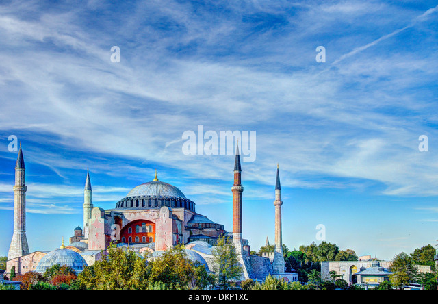 Haghia Sophia (Aya Sofia) vor einem blauen Himmel fotografiert und bearbeitet für einen hohen Dynamikbereich. Stockbild