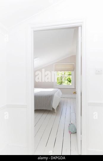 Tür in weiß getünchten Schlafzimmer Stockbild