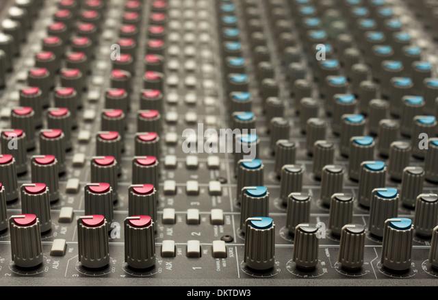 Studio-Mischpult mit verschiedenen Kanälen Stockbild