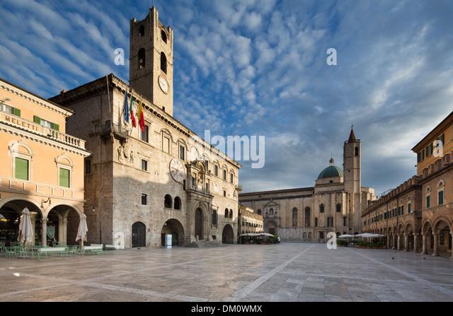 Piazza del Popolo im Morgengrauen, Ascoli Piceno, Marken, Italien Stockbild