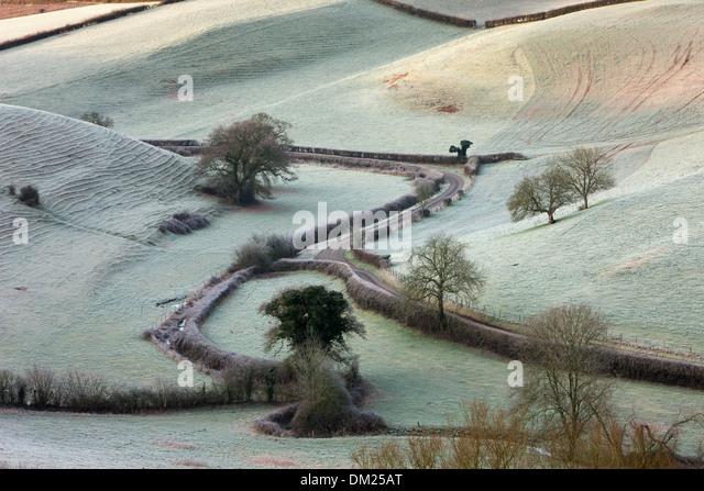 ein Frostiger Morgen mit Blick auf die Straße nach Oborne, Dorset, England Stockbild