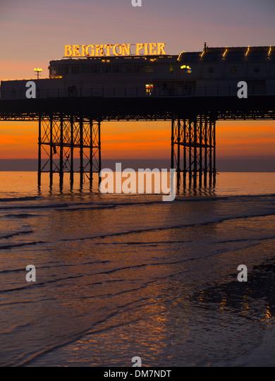 Brighton Pier Sonnenuntergang bei Ebbe Stockbild