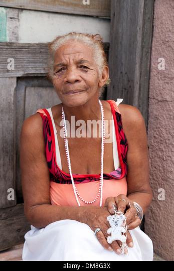 Alten kubanische Frau sitzen vor ihrer Tür, Cienfuegos, Kuba Karibik Stockbild
