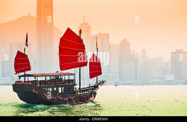Junk-e-Schiff fährt in Victoria Harbour in Hongkong, China. Stockbild
