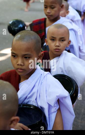 Warteschlangen für Almosen, Amarapura. verlassene Stadt, Mandalay, Myanmar (Burma). Stockbild