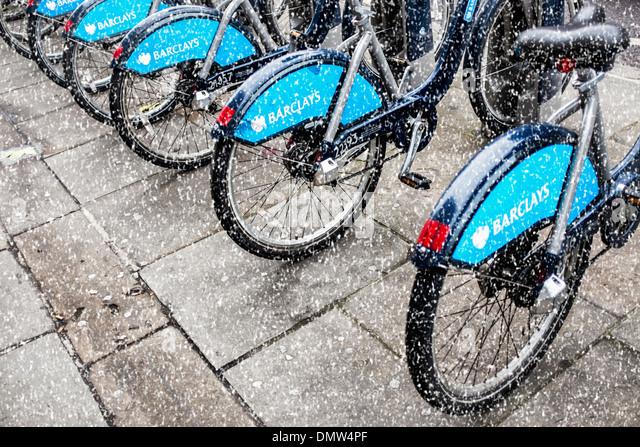 Boris Fahrräder im Schnee - Bikes mit Sponsor Barclays Bank Zeichen zu mieten in London, UK Stockbild