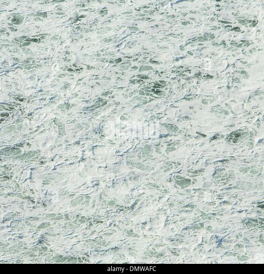 Oberfläche des Pazifischen Ozeans mit Wellenmuster und Wildwasser an Manzanita Oregon. Stockbild