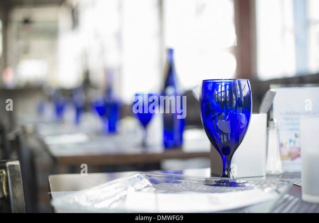 Ein Café-Interieur. Helle blaue Gläser auf freie Tische. Stockbild