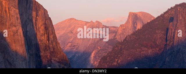 El Capitan und Hälfte Dome bei Sonnenuntergang, vom Tunnel View, Yosemite Valley, Kalifornien, USA. Herbst Stockbild