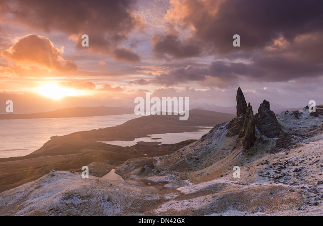 Spektakulären Sonnenaufgang über der Old Man of Storr, Isle Of Skye, Schottland. Winter (Dezember) 2013. Stockbild