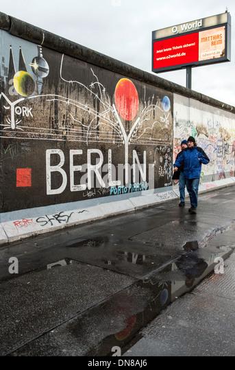 Menschen zu Fuß entlang der Berliner Mauer Deutschland Europa Stockbild