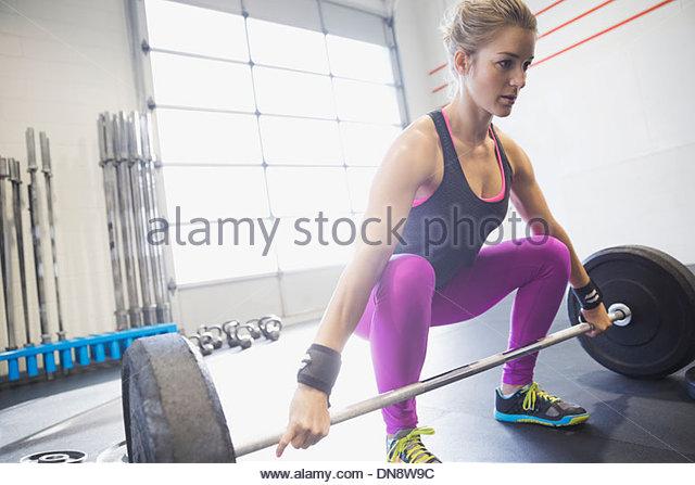 Frau üben Kreuzheben Stockbild