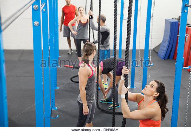 Menschen, die Vorbereitung für Seilklettern Stockbild