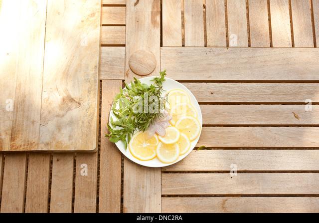 Zitronenscheiben mit frischen Kräutern auf weißen Teller Overhead-Projektor Stockbild