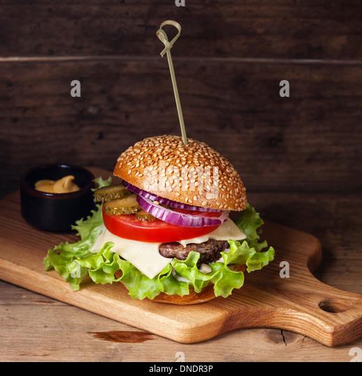 Burger mit Fleisch und Greens hölzernen Hintergrund Stockbild