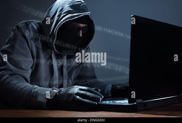 Hacker stehlen Daten von einem laptop Stockbild