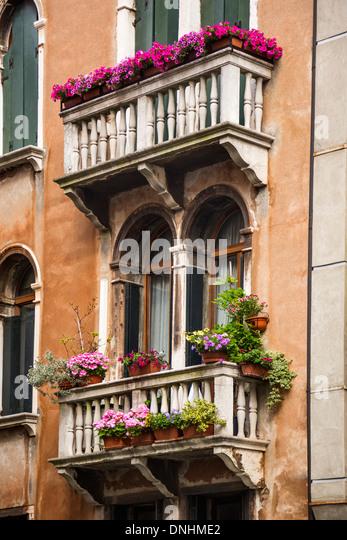 Niedrigen Winkel Blick auf einem Balkon des Wohnhauses, Venedig, Veneto, Italien Stockbild