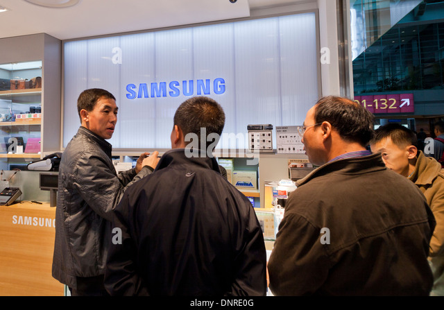 Shopper in Samsung-Elektronik-Geschäft - Seoul, Südkorea Stockbild
