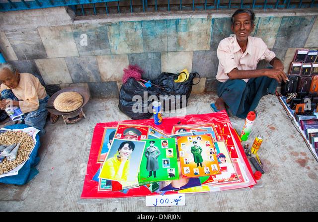 Aung San Suu Kyi Plakate auf der Straße in Yangon, Myanmar Stockbild